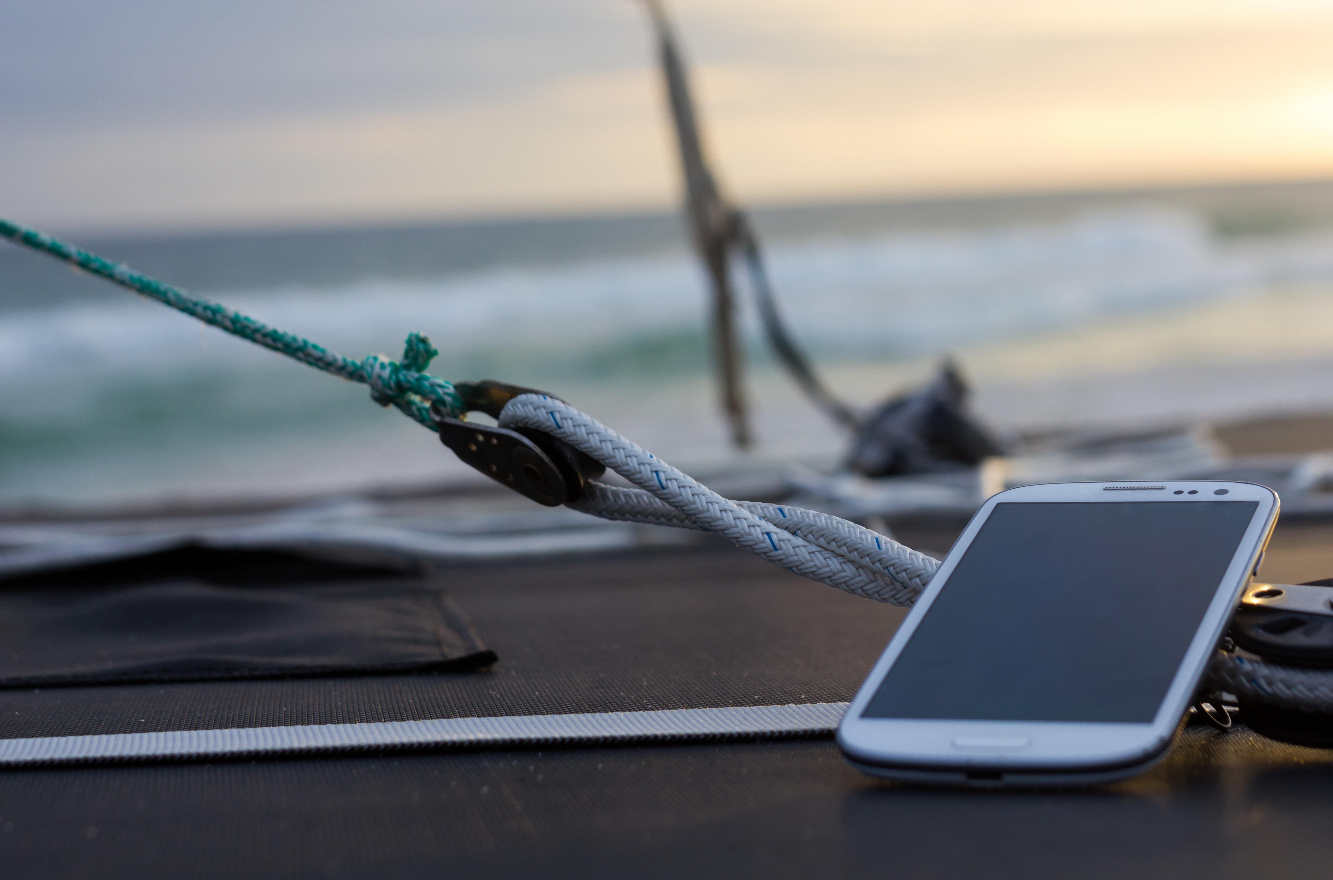 Aplikacje dla żeglarzy w telefonie na pokładzie jachtu