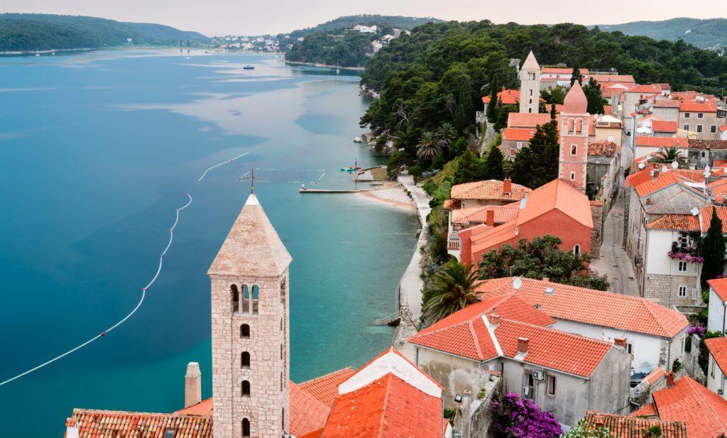 Widok z wieży kościelnej na miasto Rab i zatokę