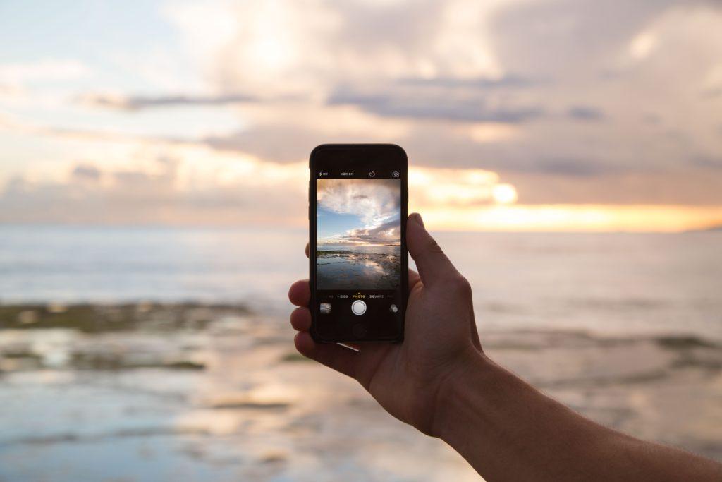 Telefon z morzem w tle