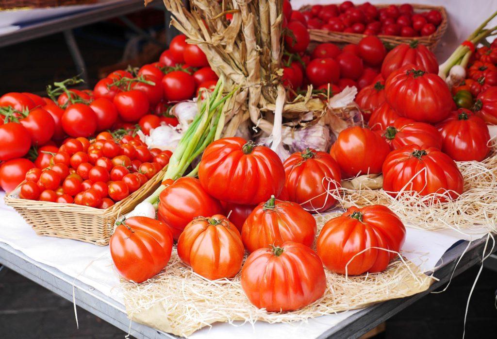 Pomidory na targu warzywnym