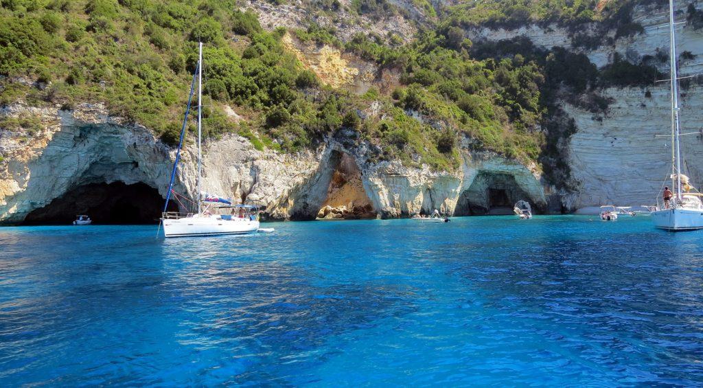 Groty morskie, Paxos, jacht żaglowy