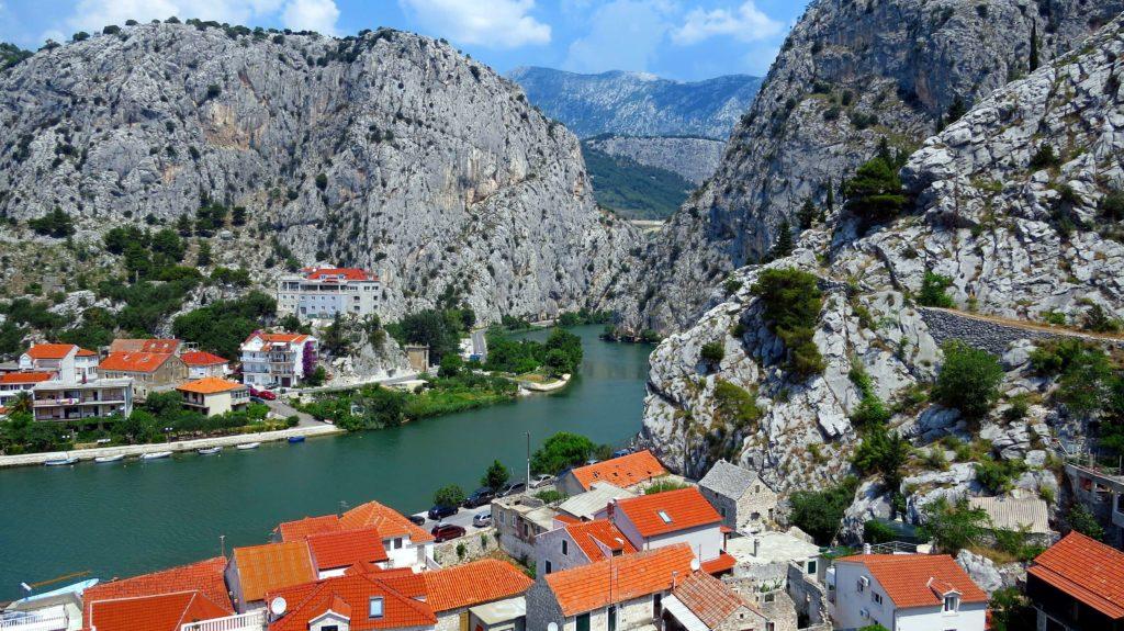 Miasto Omis góry rzeka łodzie jachty
