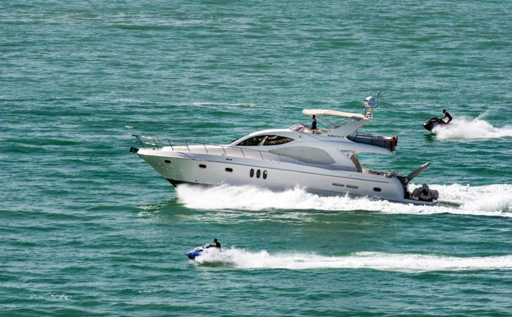 Jacht motorowy i skuter wodny