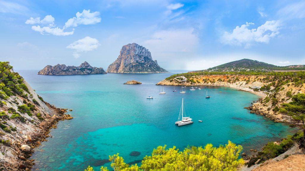Co warto zobaczyć na Ibizie zatoka jachty