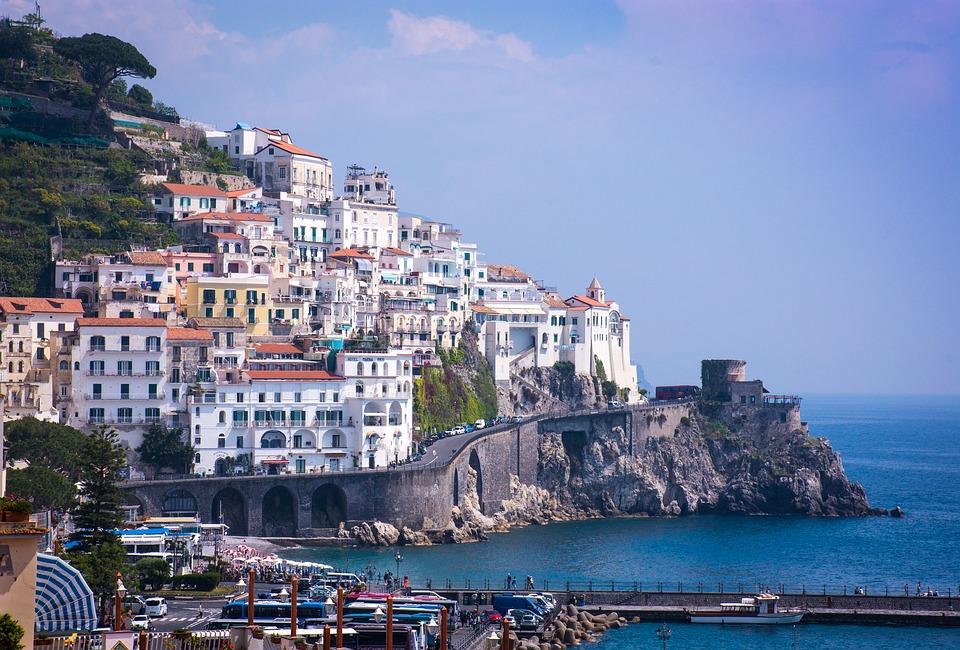 Zbocze wybrzeże amalfi miasto
