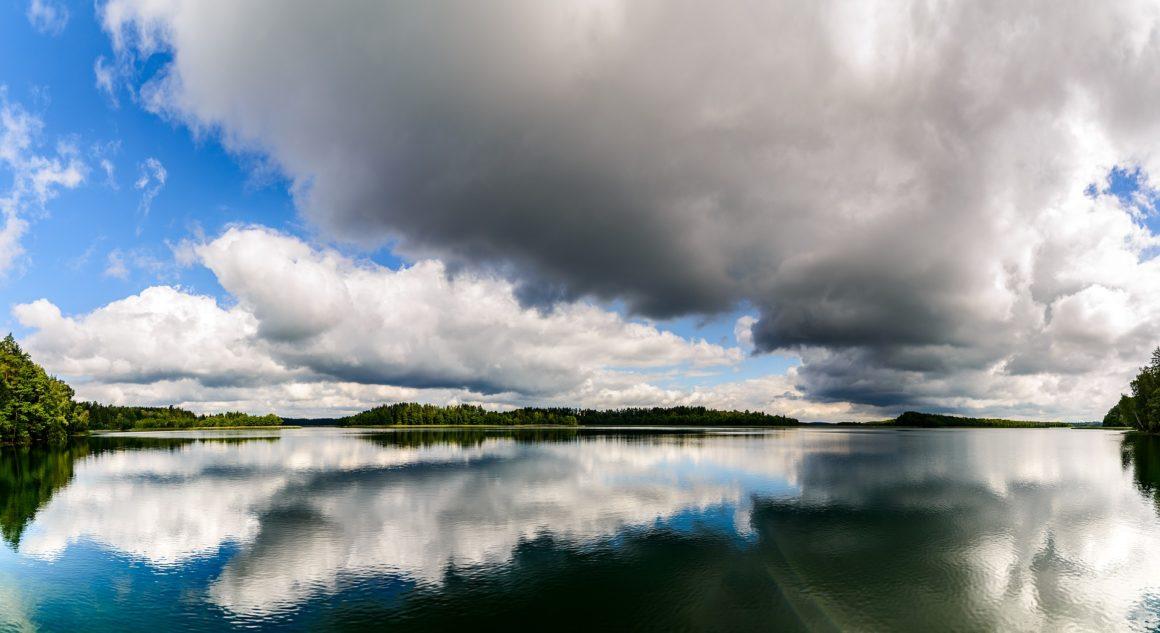 jezioro chmury odbicie
