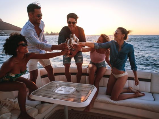 O que fazer no ano novo com os amigos em um barco
