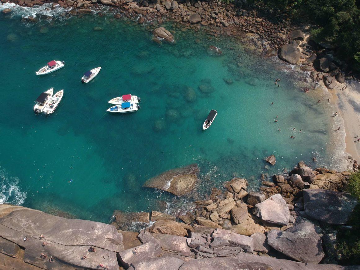Faça uma parada na escondida Praia do Caxadaço e aproveite o dia no convés de seu próprio barco!