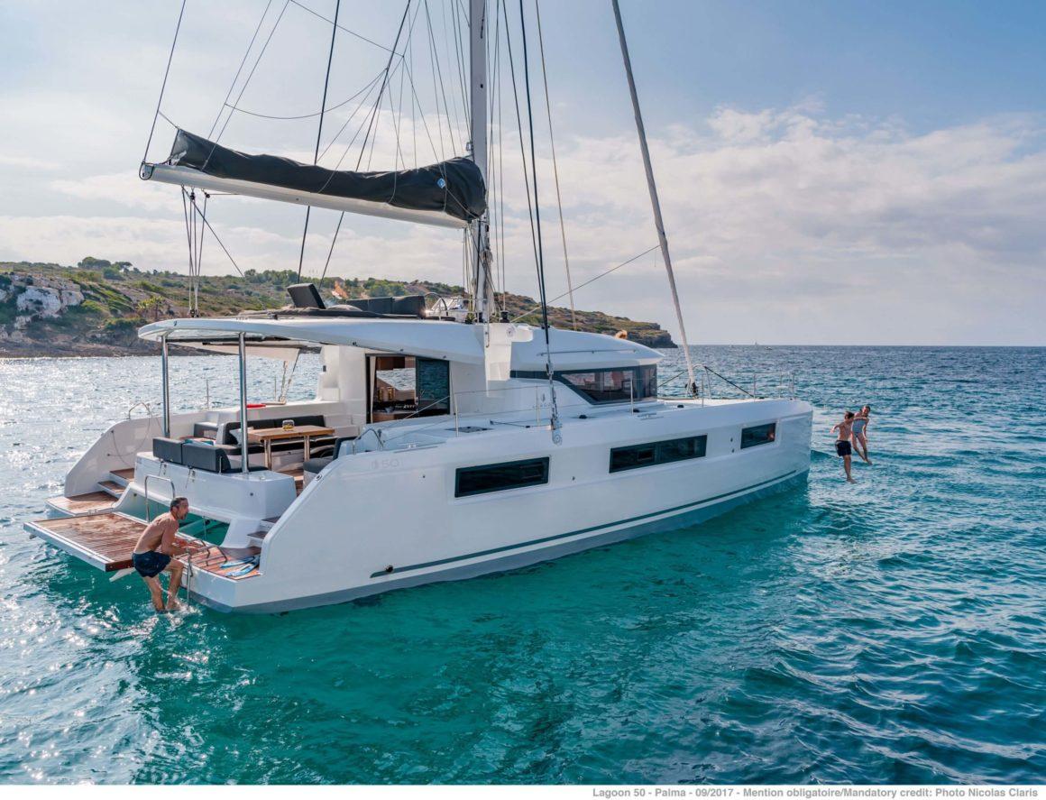 O catamarã é um barco maravilhoso para uma viagem em família. Entre todos os tipos de barcos, é sem dúvida o mais confortável e seguro!