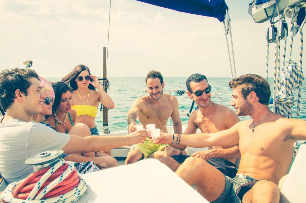 Não sabe o que levar em uma viagem de barco? Comida e bebidas estão no topo da lista!