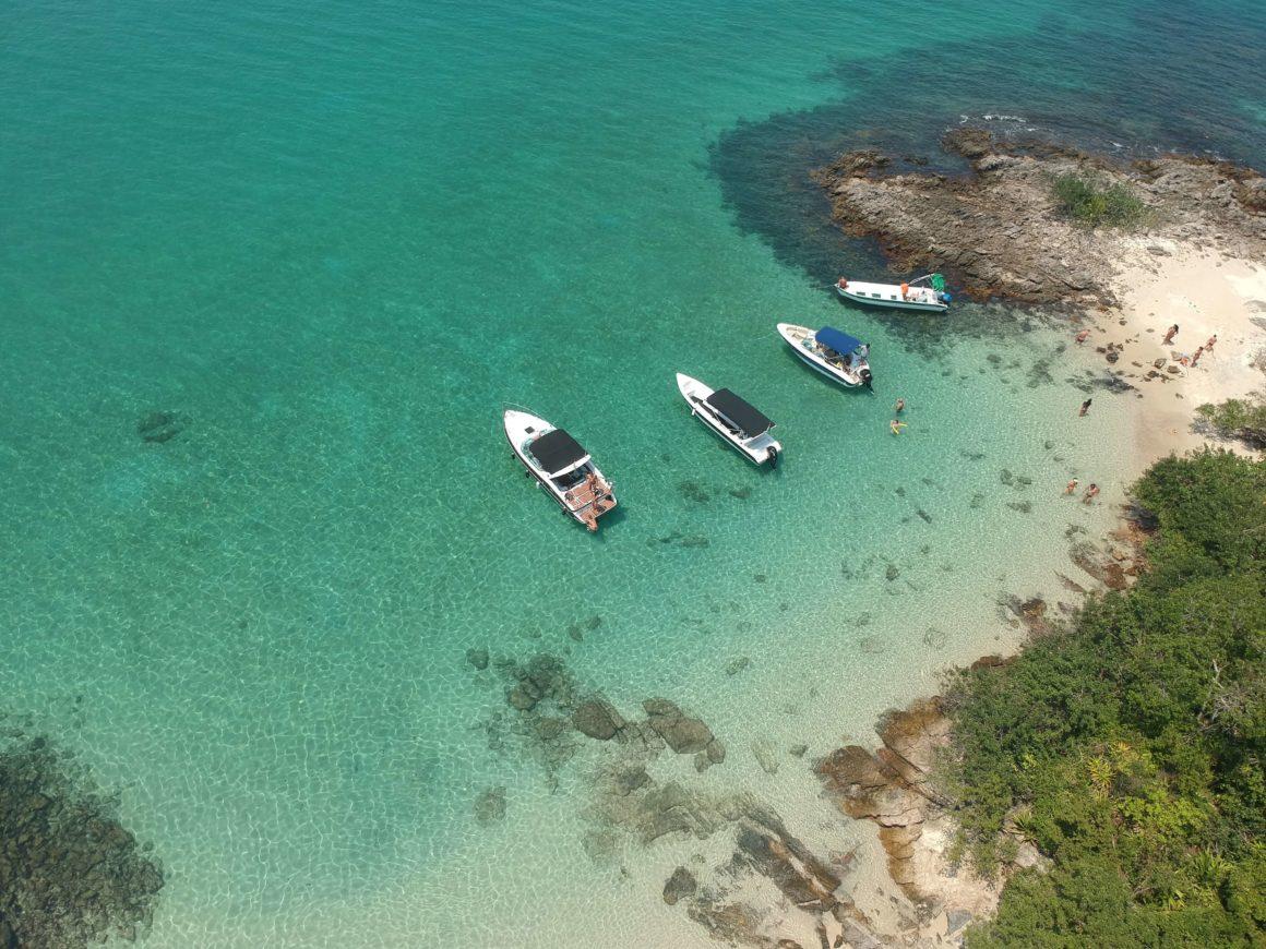 Procurando uma parada para relaxar em suas navegações por Angra? A Ilha das Cataguases é a resposta!