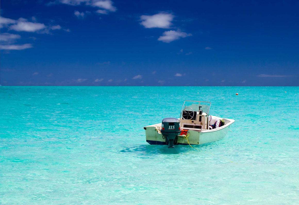 Mar azul e praia deserta: um dos melhores lugares para viajar a dois!