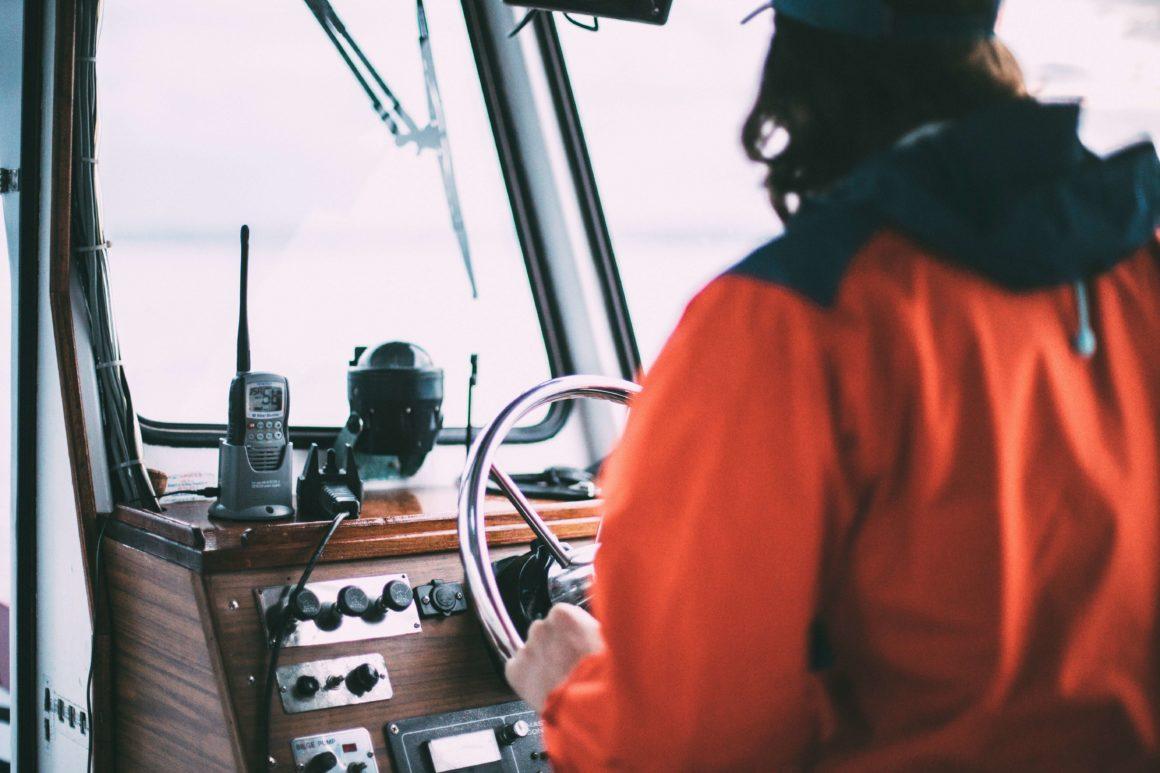 Utilizar o motor o mínimo possível é outra forma de praticar um turismo sustentável, bem como de trazer ainda mais emoção ao seu passeio de barco