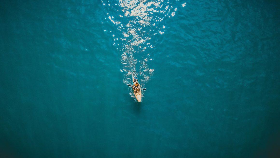 Se tiver coragem, leve a sua prancha de SUP para conhecer as praias mais bonitas de Ubatuba em total paz e ainda manter a boa forma