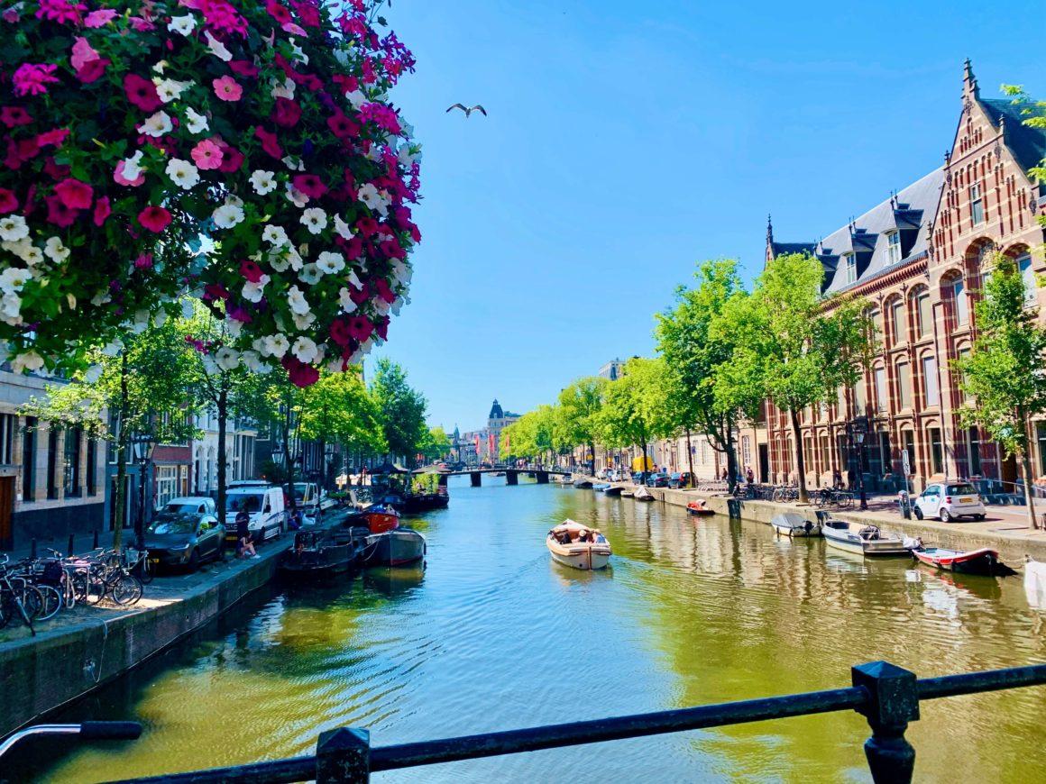 Famosa por sua arquitetura única, cerveja saborosa e belos canais, não se poderia conhecer Amsterdam sem um passeio de barco!