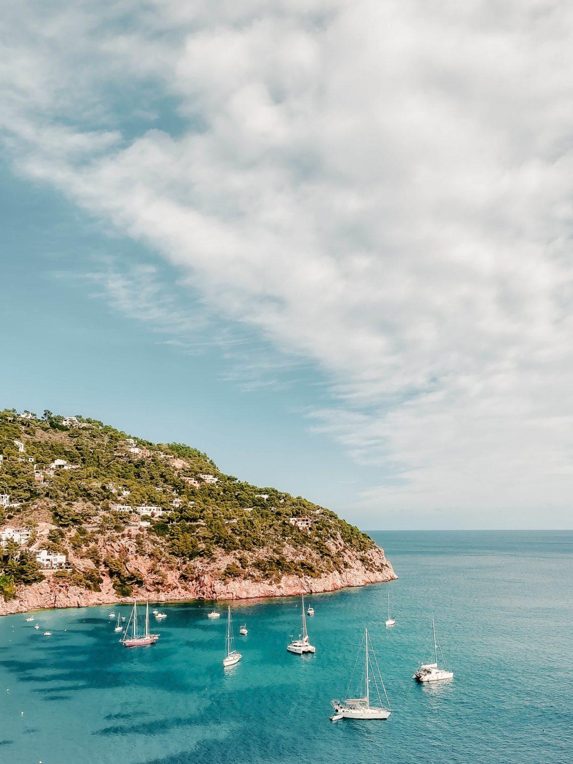 Um lugar que combina o relaxamanto da praia com a animação das festas, Ibiza é um destino ideal para viajar com amigos.