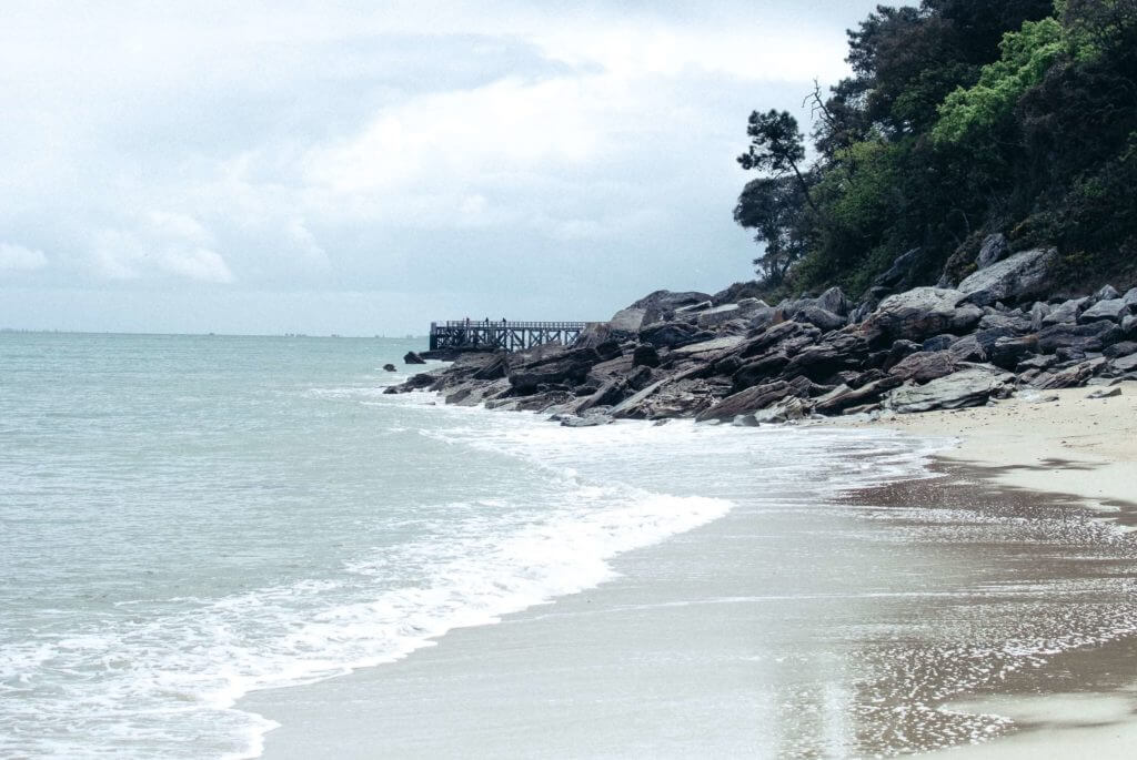 Descubra esta bela ilha de clima ameno a bordo de seu próprio barco, e não deixe de dedicar alguns momentos aos esportes aquáticos