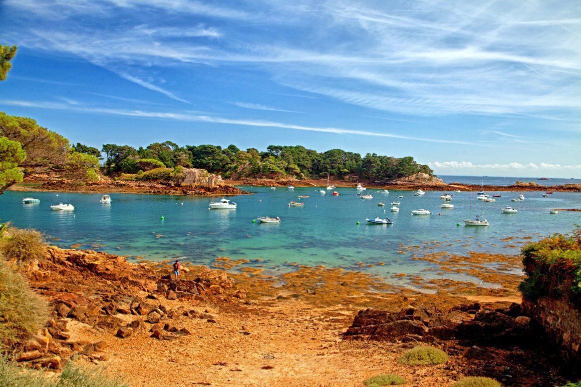 A mais florida de todas as ilhas francesas te chama! Imagine conhecer todas estas belezas naturais a partir do mar