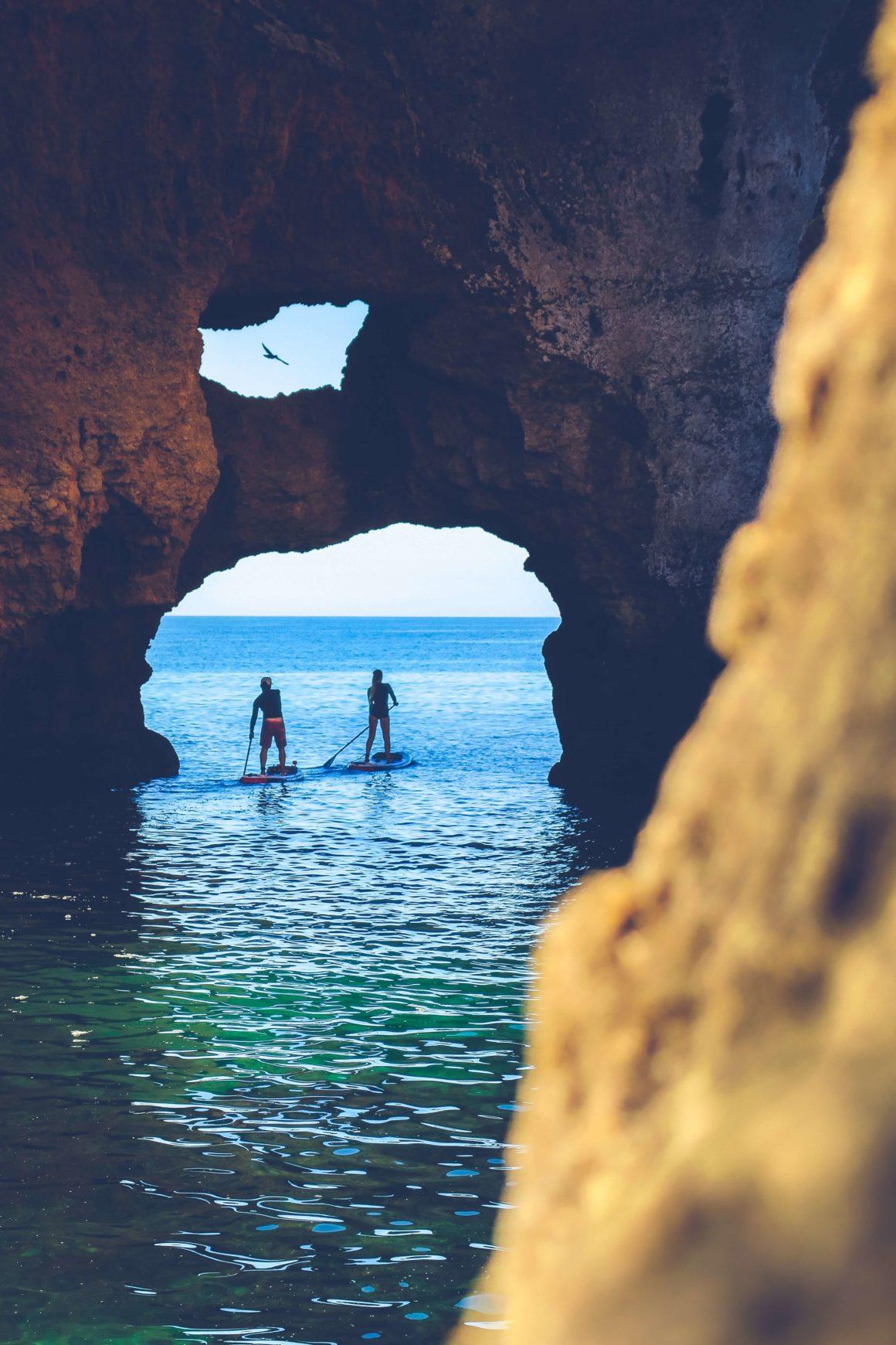 Faça uma excursão de caiaque ou paddleboard pelas grutas!