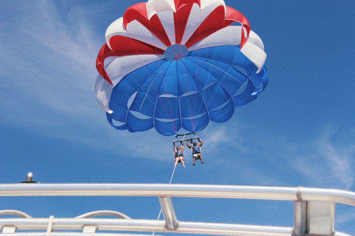 Alugar um barco para uma sessão de parasailing em Albufeira será inesquecível