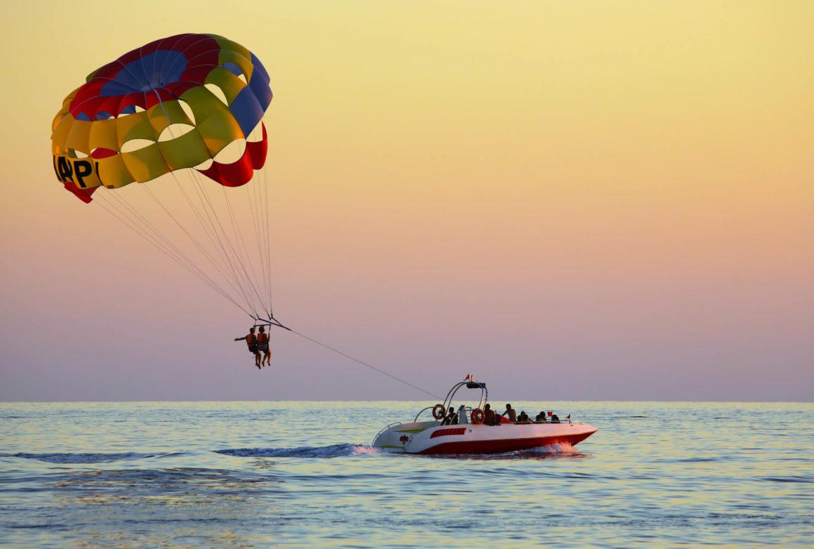 Alugue uma lancha rápida em Albufeira para uma tarde de parasailing