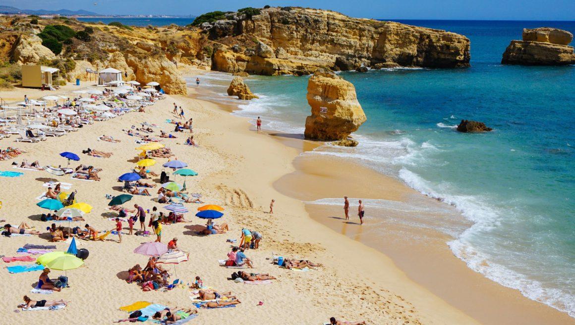 A Praia de São Rafael precisa estar em sua lista de lugares a conhecer em Albufeira