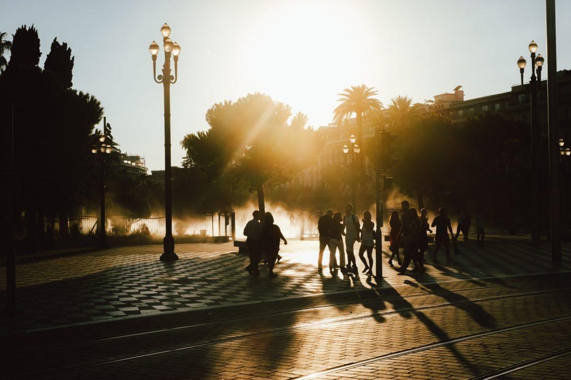 закат на площади в Ницце