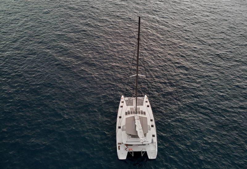катамаран в море