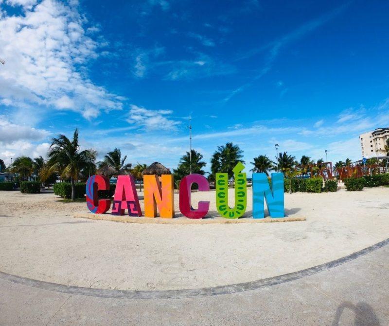 Знак Канкуна на пляже