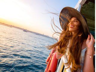 девушка на борту улыбается