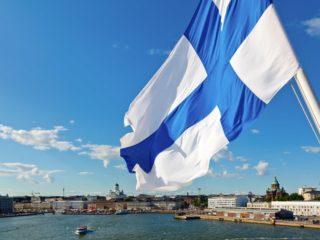 флаг финляндии на фоне моря