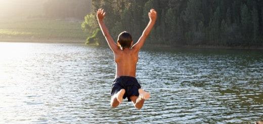 Enfant qui saute d'un ponton