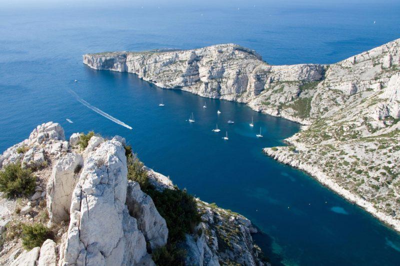 Faire du bateau dans les calanques de Marseille
