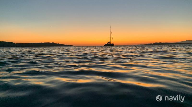 mer sous le coucher de soleil de la Maddalena